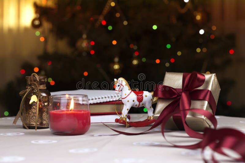 Un cavallo a dondolo di Natale cavallo di legno - decorazione di Natale - fondo per una cartolina d'auguri fotografie stock
