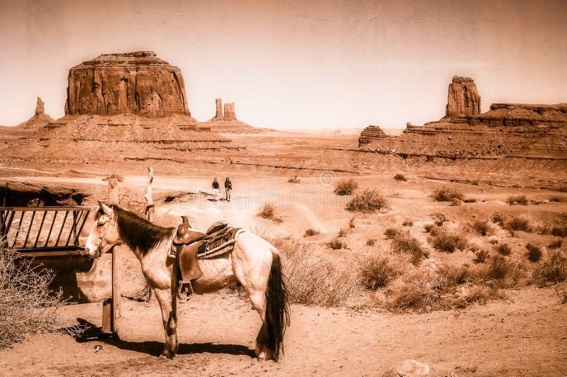 Un cavallo nella scena in valle del monumento - concetto artistico di selvaggi West di sembrare d'annata fotografia stock libera da diritti