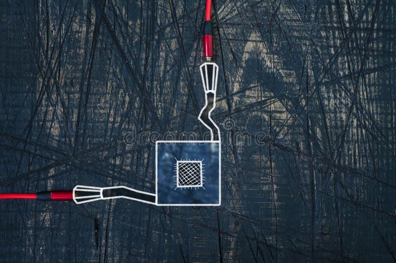 Un cavo di due cuffie con il chip fotografia stock