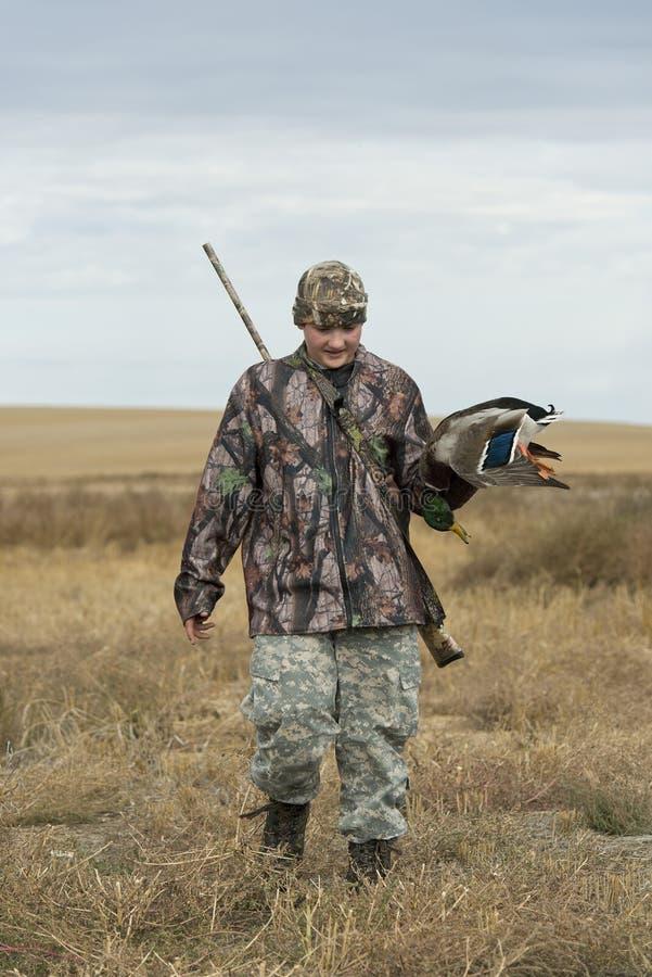 Un cazador joven del pato en Dakota del Norte foto de archivo