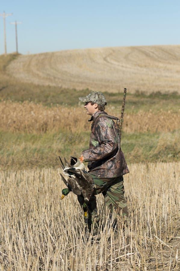 Un cazador joven del pato en Dakota del Norte fotos de archivo