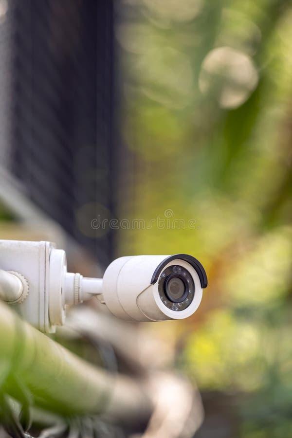 Un CCTV all'aperto bianco per il fondo della sfuocatura della casa di sicurezza fotografie stock libere da diritti