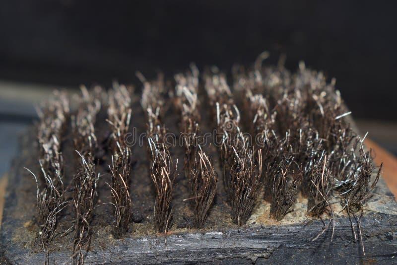 Un cepillo de acero de madera y del alambre usado de la cerveza de malta del Bbq imagenes de archivo