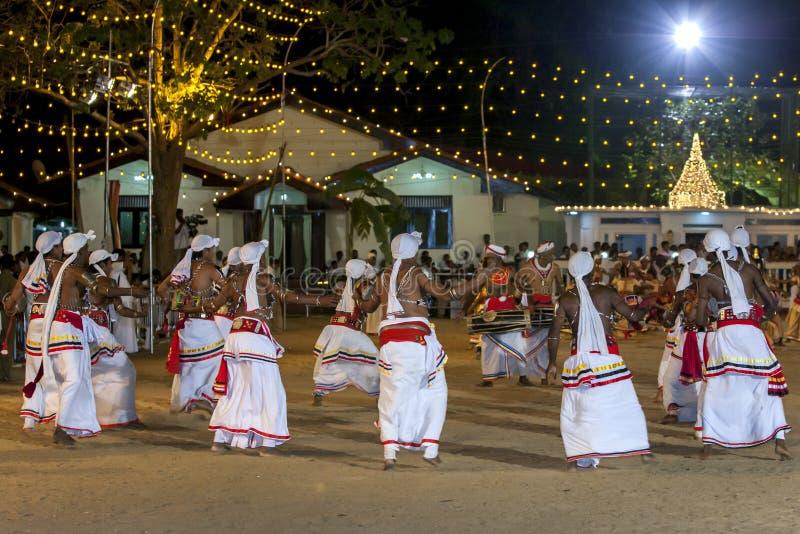 Un cercle des danseurs exécutent au festival de Kataragama dans Sri Lanka images libres de droits