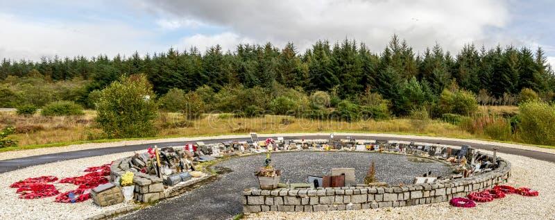 Un cercle a formé le jardin du souvenir avec le rouge tresse et les plaques commémoratives au mémorial de commando, Lochaber, mon image libre de droits