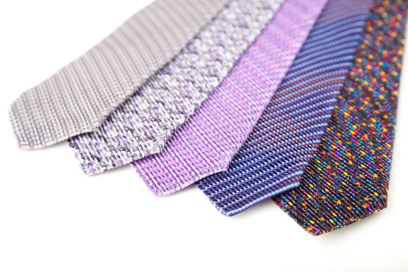Un certain lien masculin en soie élégant (cravate) sur le blanc. photographie stock