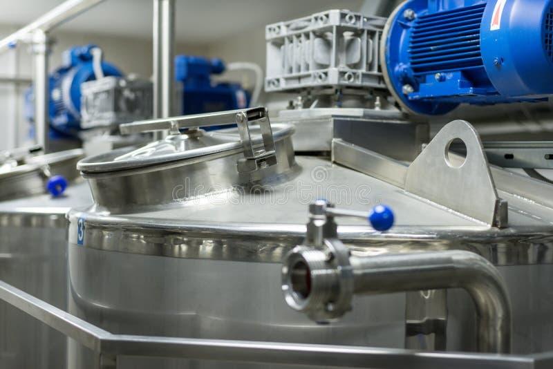 Un certain nombre de moteurs électriques avec des réducteurs Réservoirs pour les liquides de mélange images libres de droits