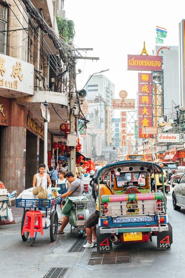 Un certain nombre de personnes sur la rue de Bangkok Chinatown photo stock