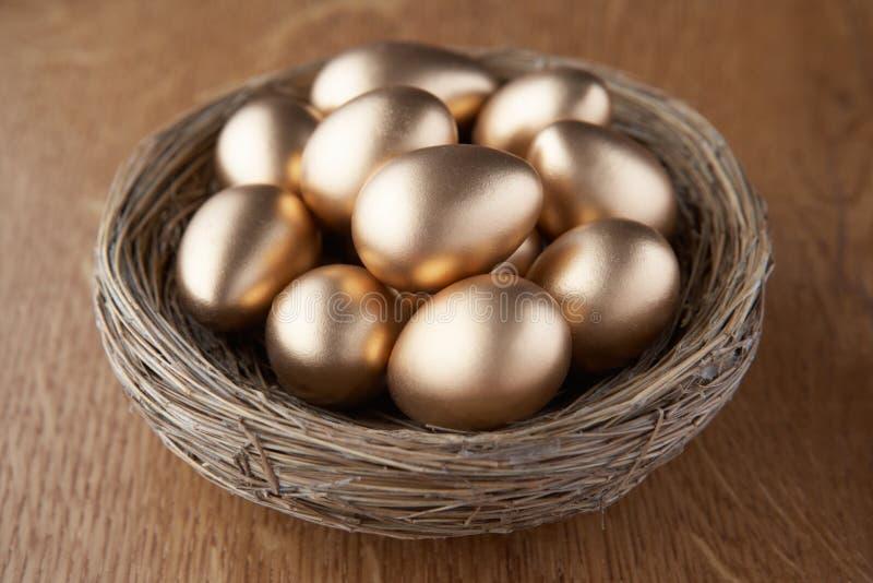 Un cestino delle uova dorate immagine stock libera da diritti