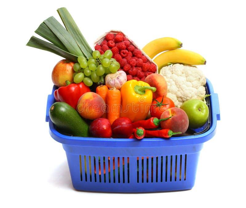 Un cestino di acquisto in pieno di prodotti freschi. immagine stock