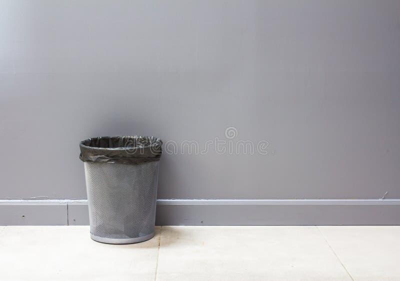 Un cestino vuoto del metallo (recipiente) isolato su gray immagini stock