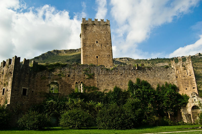 Un château antique dans Ninfa photos libres de droits