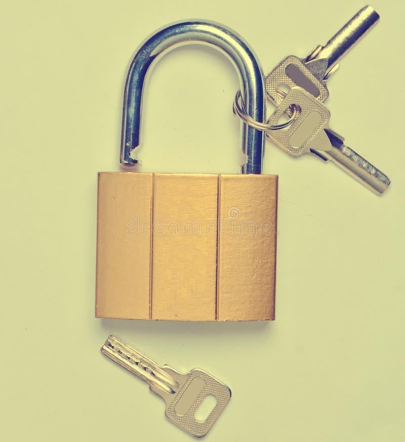 Un château doré ouvert et clés d'isolement sur un fond gris photos libres de droits