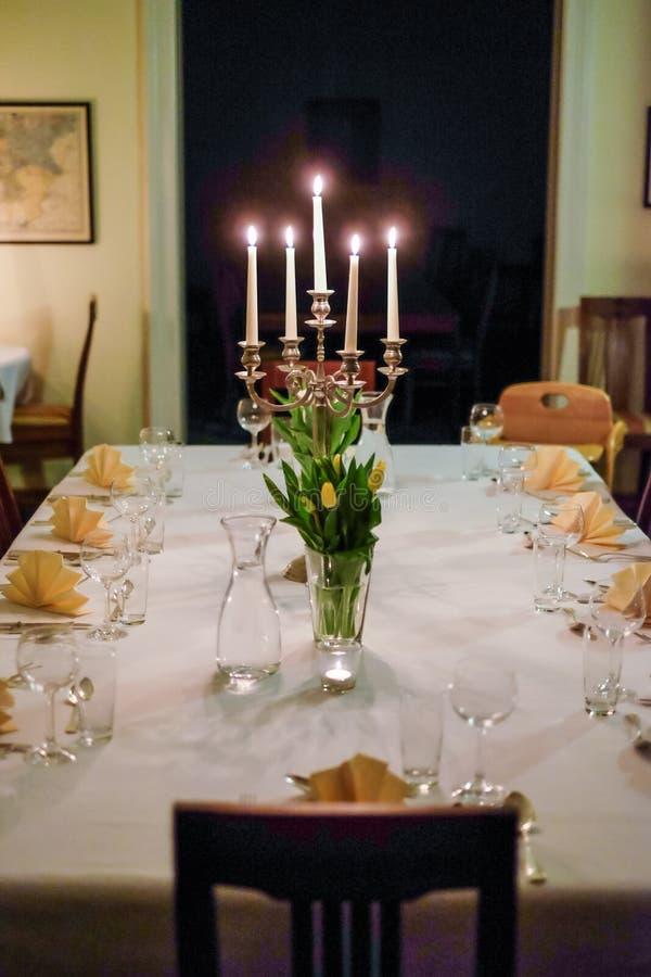 Un chandelier avec plusieurs bougies et décoration de table pour un mariage photographie stock