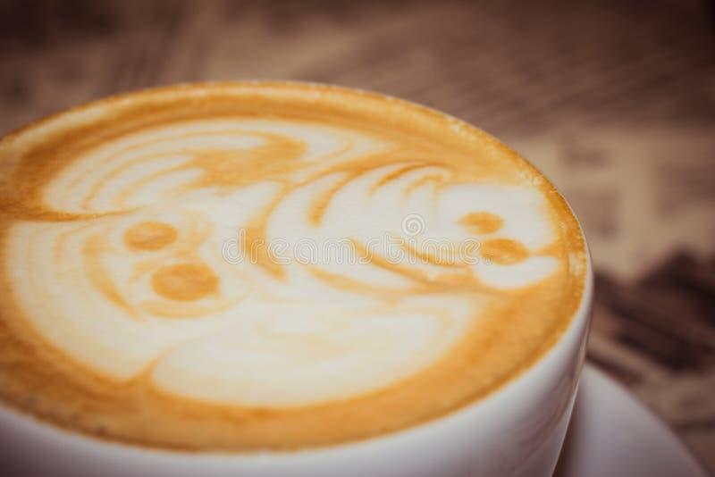 Un chapeau d'un cappuccino décoré drôle images stock