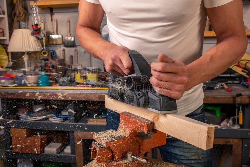 Un charpentier travaille au travail du bois la machine-outil Scie des détails de meubles avec une scie circulaire Processus de sc images libres de droits