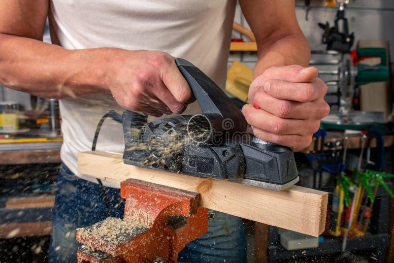Un charpentier travaille au travail du bois la machine-outil Scie des détails de meubles avec une scie circulaire Processus de sc image stock