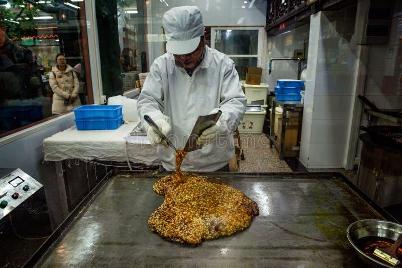 Un chef de spécialité fait des sucettes de sucre de Zongzi image libre de droits
