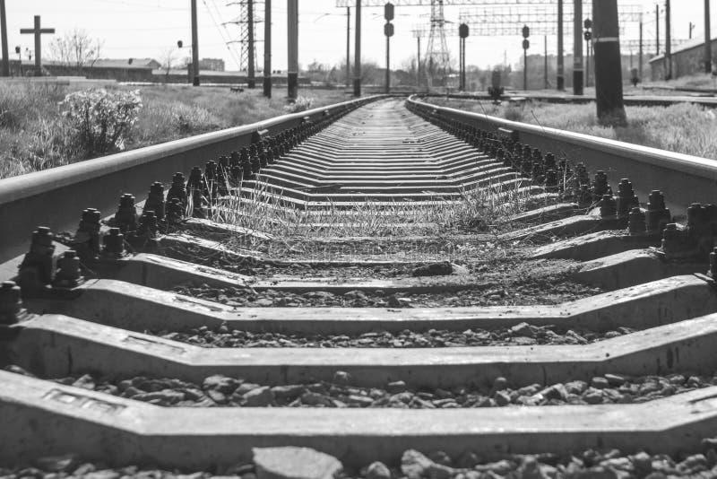 Un chemin de fer entrant dans la distance images libres de droits