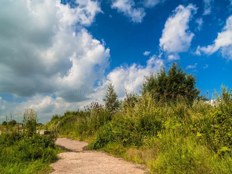 Un chemin de terre va le long de la colline photo libre de droits