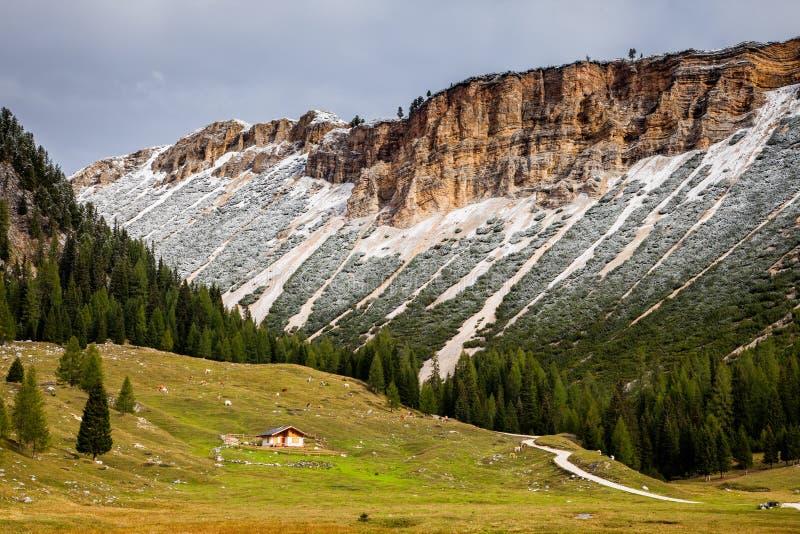 Un chemin ou un sentier de randonnée en montagnes de dolomite de l'Italie du nord image stock