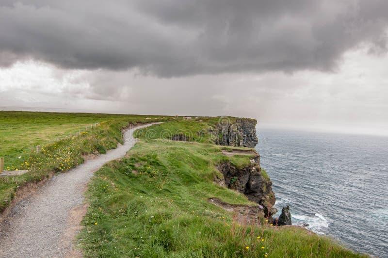 Un chemin près de falaise image libre de droits