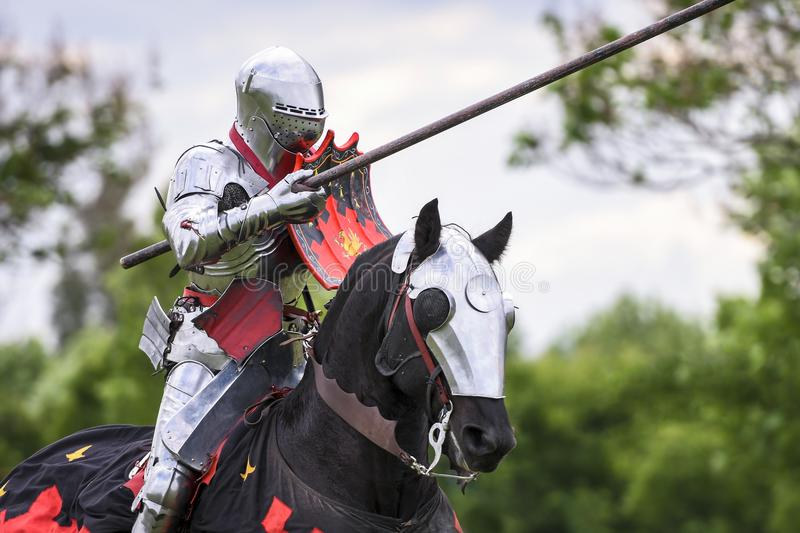 Un chevalier médiéval disposent à combattre pendant le tournoi joutant photo libre de droits