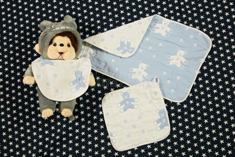 Un chien de jouet et certains de babywears photos stock