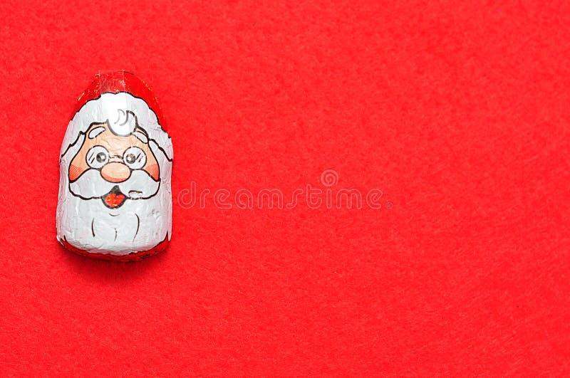 Un chocolat couvert de père noël font face à l'emballage images libres de droits