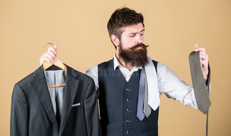 Un choix parfait Homme d'affaires choisissant la cravate, concept bien choisi Couleur assortie de lien d'homme barbu pour adapter images stock