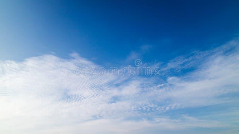 Un ciel bleu avec des nuages images stock