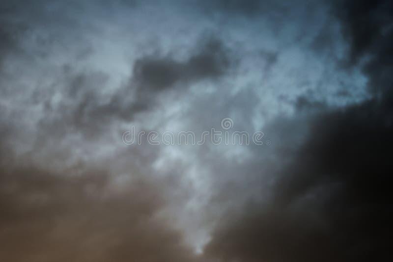 Un ciel coloré par obscurité image stock