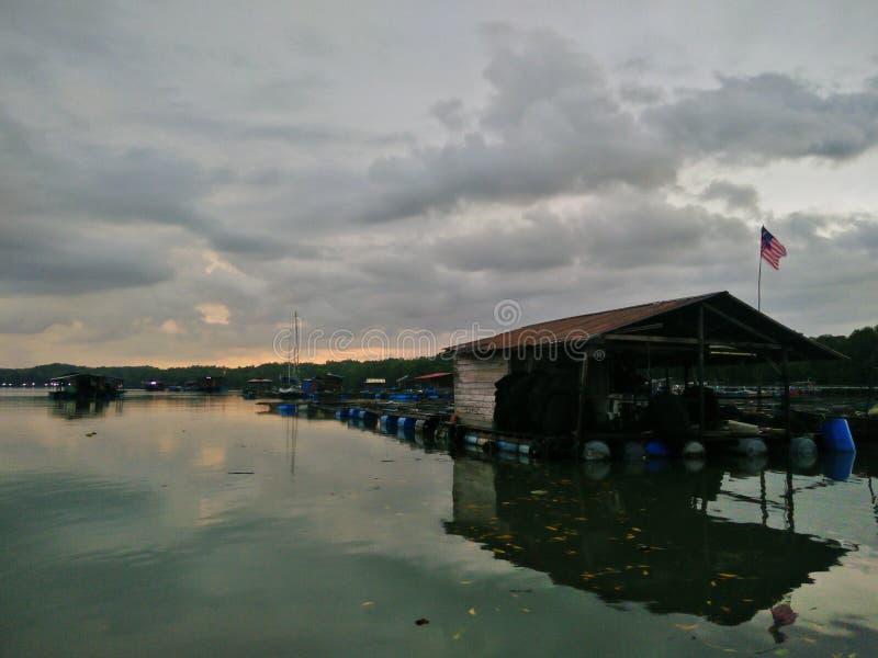 Un ciel dramatique de matin au-dessus d'un kelong photographie stock