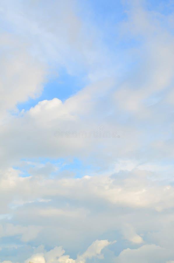 Un ciel nuageux bleu avec beaucoup de petits nuages bloquant le su photo libre de droits