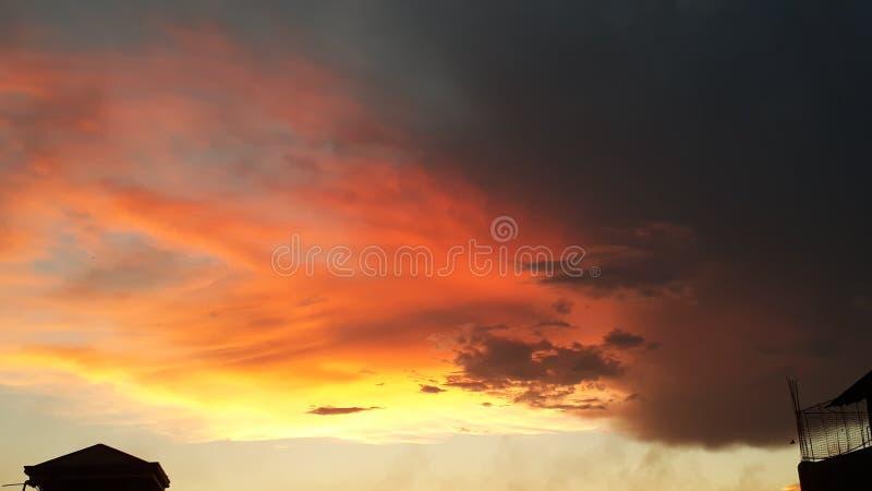 Un ciel nuageux de coucher du soleil à la ville de Pasig, Philippines images stock
