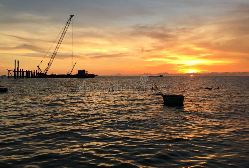 Un ciel nuageux dramatique et coloré de coucher du soleil photographie stock libre de droits
