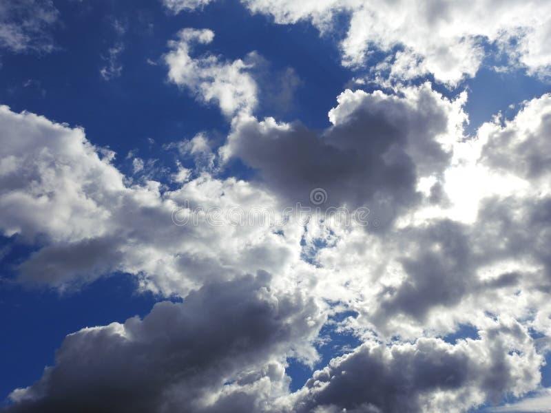 Un cielo azul maravilloso con las nubes blancas y grises foto de archivo libre de regalías