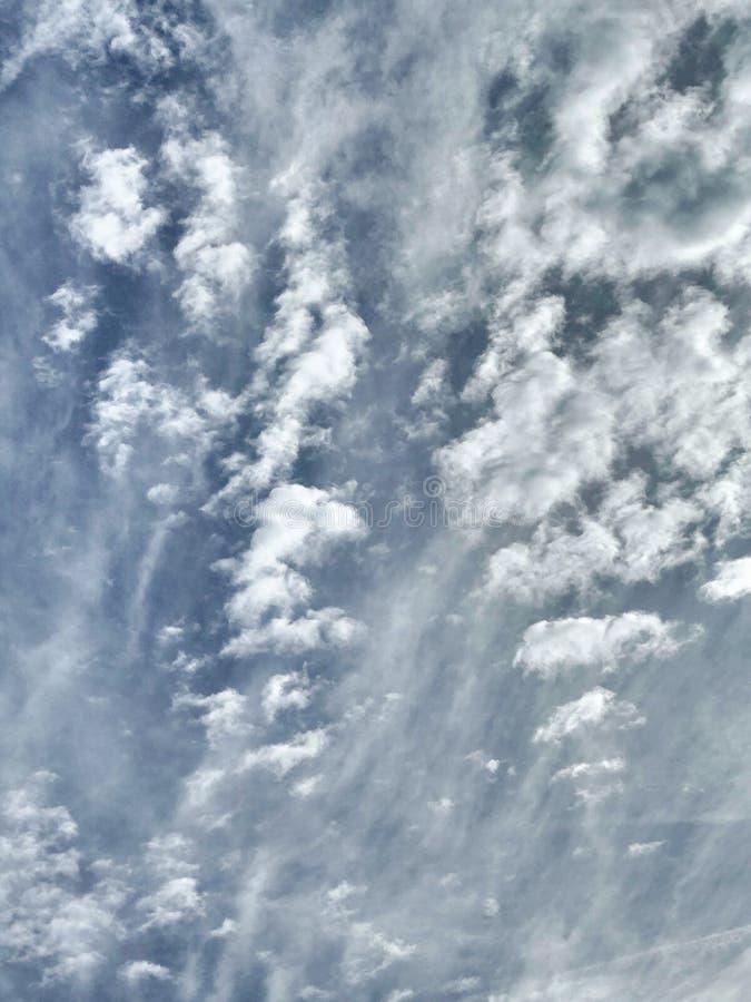 Un cielo blu che non non temped con la nuvola grigia bianca fotografia stock libera da diritti