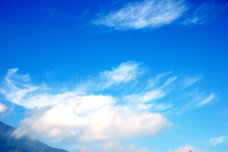 Un cielo blu luminoso immagine stock