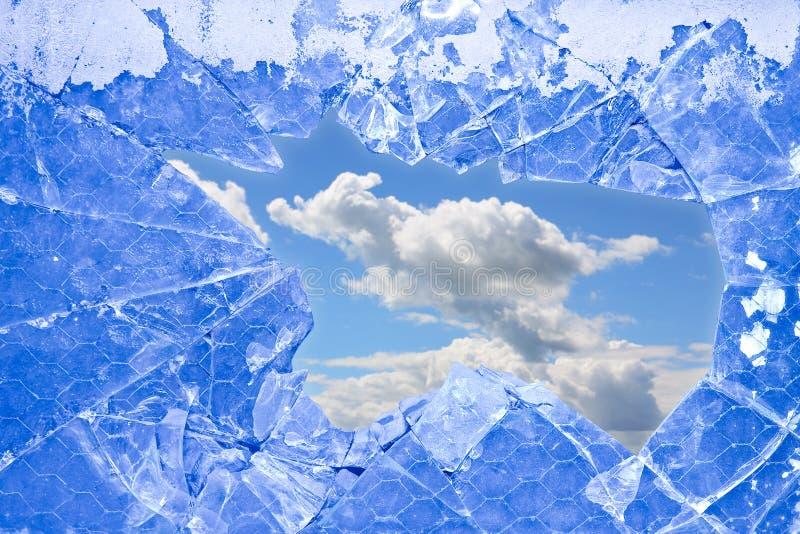 Un cielo con le nuvole viste attraverso un vetro rotto - immagine di concetto di libertà fotografia stock libera da diritti