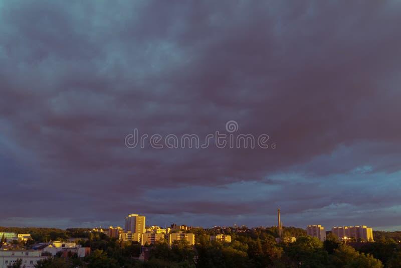 Un cielo de igualación nublado sobre una ciudad en Alemania imagen de archivo libre de regalías