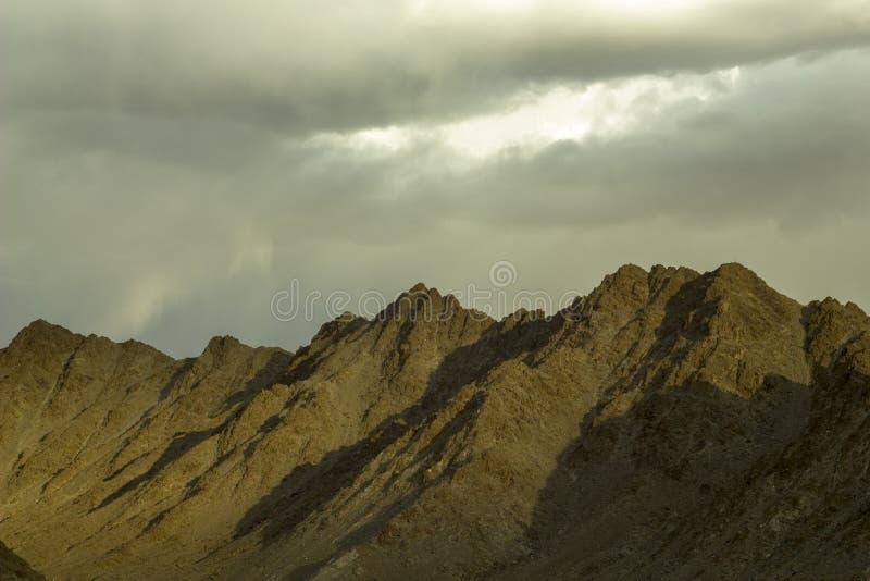 Un cielo del revestimiento de la tarde sobre las montañas imagenes de archivo