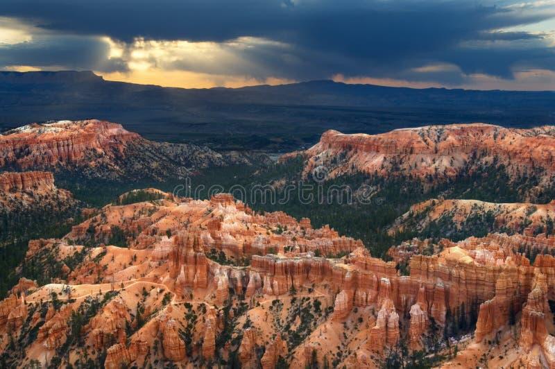 Un cielo dramático tira rayos de Sun en Bryce Canyon National Park foto de archivo