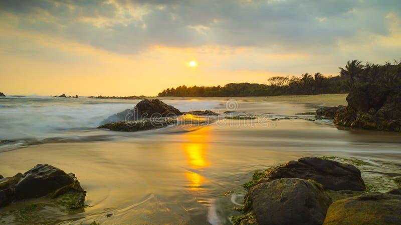Un cielo dram?tico en la playa de Karang Bobos, Banten, Indonesia imagenes de archivo