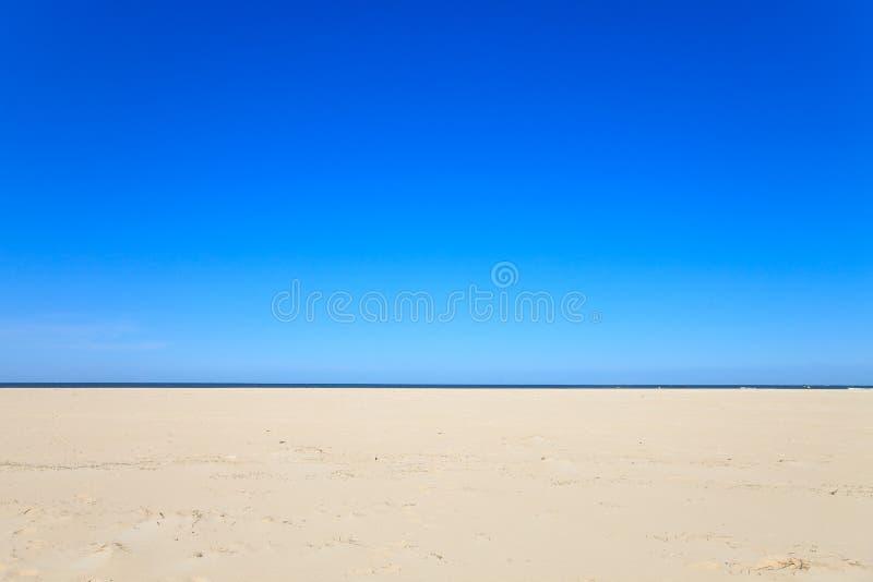 Un cielo libero blu con la spiaggia e l'oceano fotografia stock libera da diritti