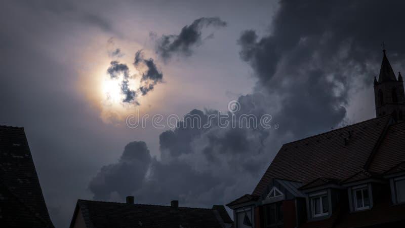 un cielo notturno spaventoso scuro della luna piena fotografie stock