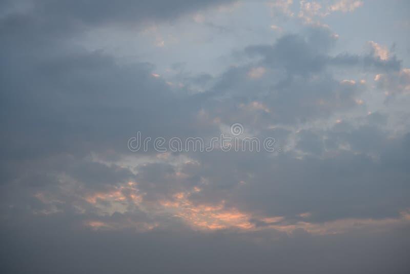 Un cielo nublado coloreado en colores pastel gris y azul de la puesta del sol foto de archivo