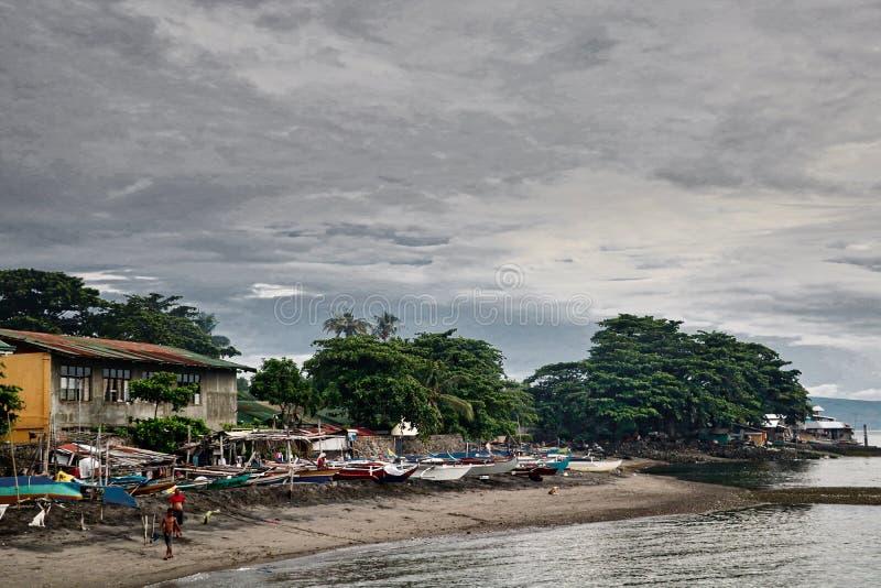 Un cielo nublado de la escena asiática del pueblo pesquero  foto de archivo
