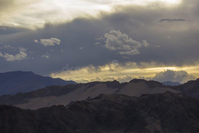 Un cielo pesado de la puesta del sol sobre las cordilleras del desierto fotos de archivo