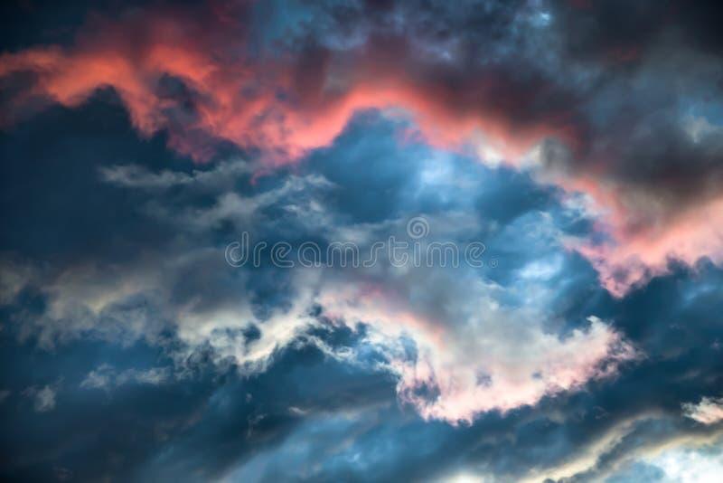 Un cielo tempestuoso con un resplandor rojo brillante Imagen colorida del cloudscape dramático fotografía de archivo libre de regalías